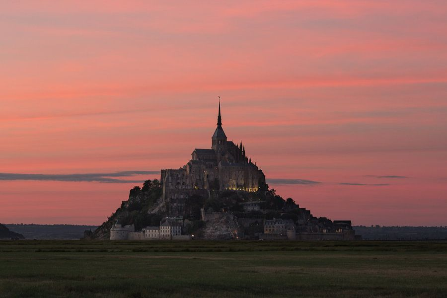Roze hemel Mont Saint-Michel van Thijs van den Broek
