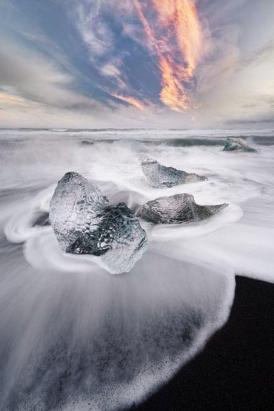 Eisblock und Wellen in Island von Ralf Lehmann