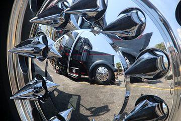 Amerikaanse vrachtwagen close-up van het wiel met spiegeling van Ramon Berk