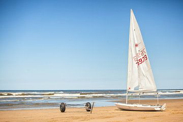 Zeilbootje aan het strand bij Katwijk aan Zee van Evert Jan Luchies