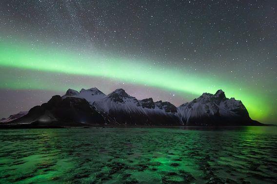 Nordlicht mit der Milchstraße im Hintergrund in Vesterahorn (Stokknes), Island