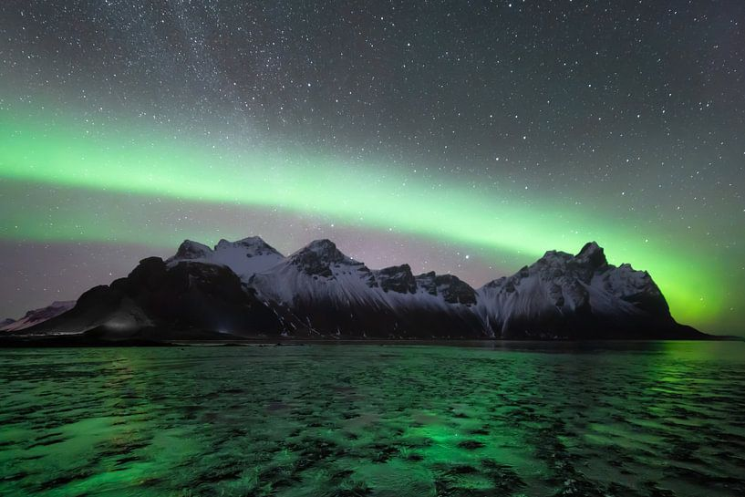 Nordlicht mit der Milchstraße im Hintergrund in Vesterahorn (Stokknes), Island von Michiel Dros