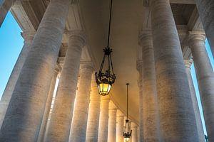 Tussen de Dorische zuilengalerij in het Vaticaan van