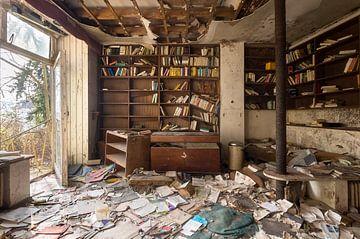 Verlassener Raum mit Büchern. von