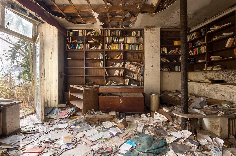 Verlaten Kamer met Boeken. van Roman Robroek