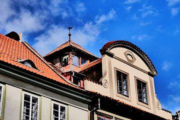 Praag - Gebouw met mooie dakkapel van Wout van den Berg