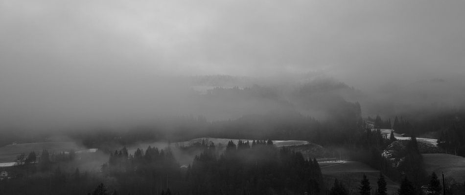 Mistige berg van Guido Akster