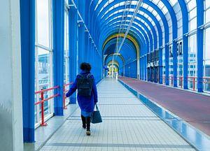 Vrouw in blauwe jas op blauwe brug van Helene van Rijn
