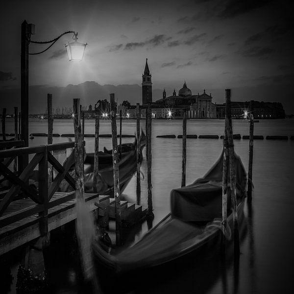 VENICE Gondolas during Blue Hour in black and white van Melanie Viola