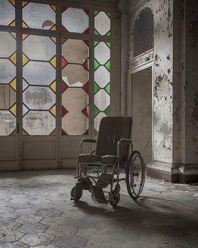 Rolstoel in verlaten ziekenhuis van Manja van der Heijden