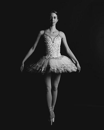 Balletdanser in zwartwit staand 01