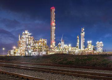 Beleuchtete Raffinerie mit trainrails in der Nacht, Hafen von Antwerpen von Tony Vingerhoets