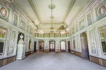 Verlassener Palast mit einem Balkon von Perry Wiertz