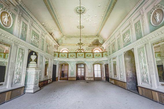 Verlaten Paleis met een Balkon