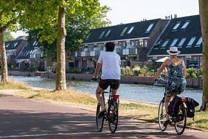 Fietsers langs kanaal van Helene van Rijn