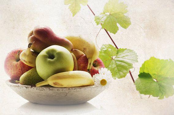 Vers sappig fruit in een rustieke fruitschaal van Tanja Riedel