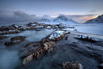 Een ijzige ochtend op het strand van Skaksanden - Lofoten op zijn best van Rolf Schnepp