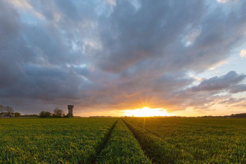 Zonsondergang bij de luchtwachttoren van Warfhuizen van Ron Buist