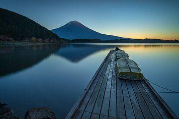 Der Fuji-Vulkan bei Sonnenaufgang, aufgenommen von der Mole am Tanuki-See, Japan. von Anges van der Logt