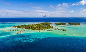 Le Taha'a Luchtfoto met Bora Bora op achtergrond sur Ralf van de Veerdonk