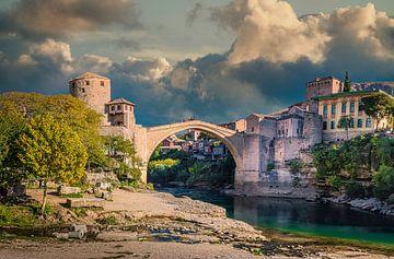 Stari Most, de oude brug in Mostar, Bosnië-Herzegovina van Rietje Bulthuis
