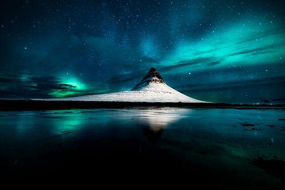 Aurora Borealis auf dem Berg Kirkjufell in Grundarfjordur, Island