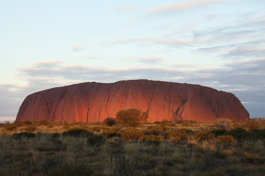 Ondergaande zon bij Uluru (Ayers Rock) van Simone Meijer