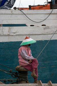 Visser in de haven van Jakarta op Java. van