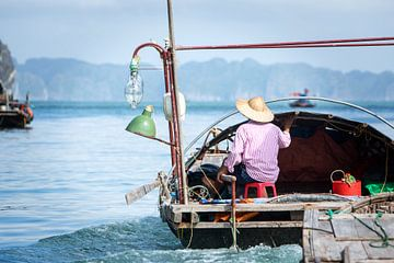 Vietnamese fisherman on his way to fishing grounds  van Fleur Halkema
