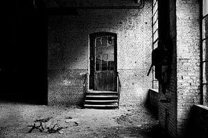 De  deur in een verlaten fabriek