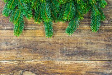 De groene takkendecoratie van de spar van Kerstmis op houten achtergrond van Alex Winter