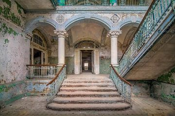 Verlaten trap in verval van Frans Nijland