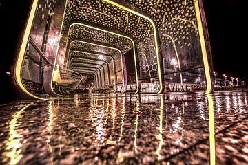 Bushokje in de regen op de scholencampus in Leeuwarden van Harrie Muis