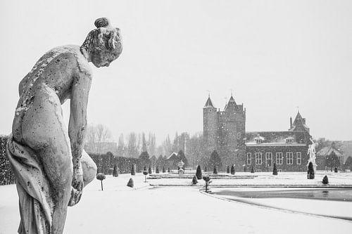 Kasteeltuin Slot Assumburg in de sneeuw van
