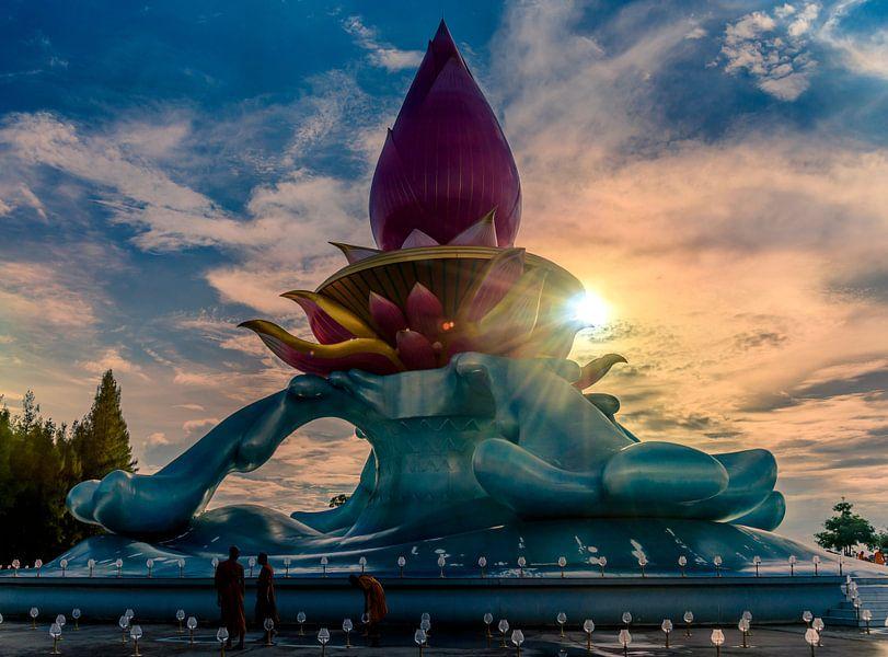 De Lotustempel bij Phon Phisai in Noord Thailand van Theo Molenaar