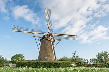 Moulin à vent hollandais contre un ciel bleu sur Ruud Morijn
