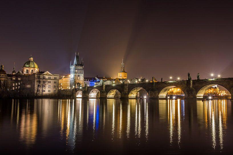 Scenic view van de schitterende gouden stad Praag en de schitterende spiegeling van de Karelsbrug in van Original Mostert Photography