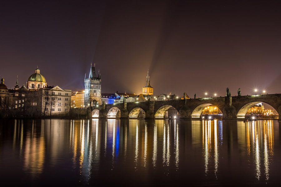 Scenic view van de schitterende gouden stad Praag en de schitterende spiegeling van de Karelsbrug in
