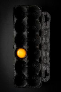 Stilleven met eigeel op zwart l Food fotografie van Lizzy Komen