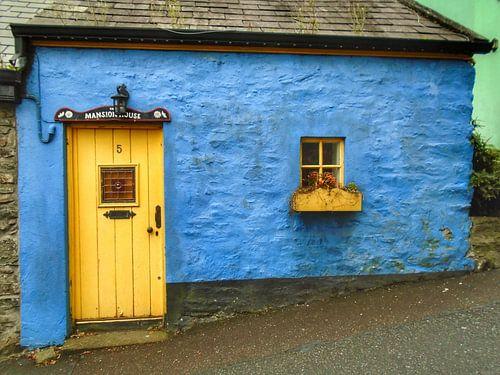 Blauwe cottage in Killybegs, Ierland. van