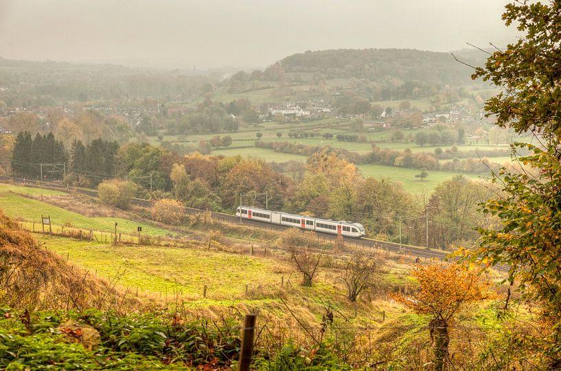 Veolia trein door de Zuid-Limburgse heuvels van John Kreukniet