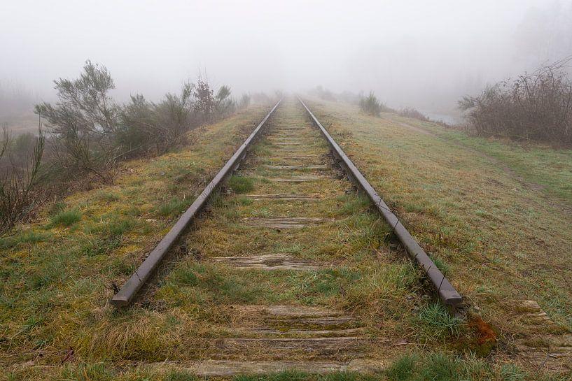 Old railway line shrouded in the fog. sur Tonko Oosterink