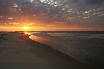 Zonsondergang aan het strand van Texel van Cor de Hamer