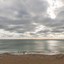 Zee met wolken en mensen op het strand van Daan Kloeg