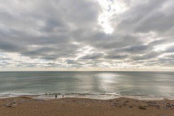 Meer mit Wolken und Menschen am Strand von Daan Kloeg