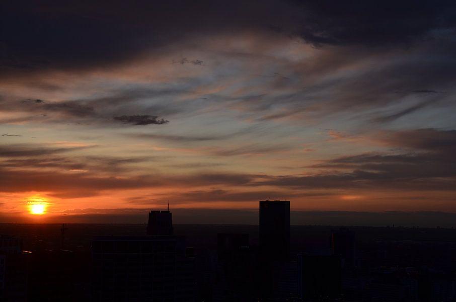 Onstuimige wolken boven Rotterdam