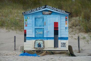 Beschilderde strandcabine van Ad Jekel