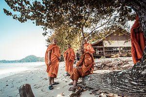 Mönche am Strand auf Koh Phayam von Levent Weber
