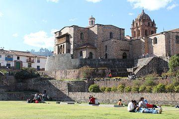 Kerk gebouw op oud gebouw - Cuzco Peru van Martin van den Berg Mandy Steehouwer