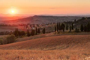 Toskanische Dörfer bei Sonnenuntergang - 2 von Damien Franscoise